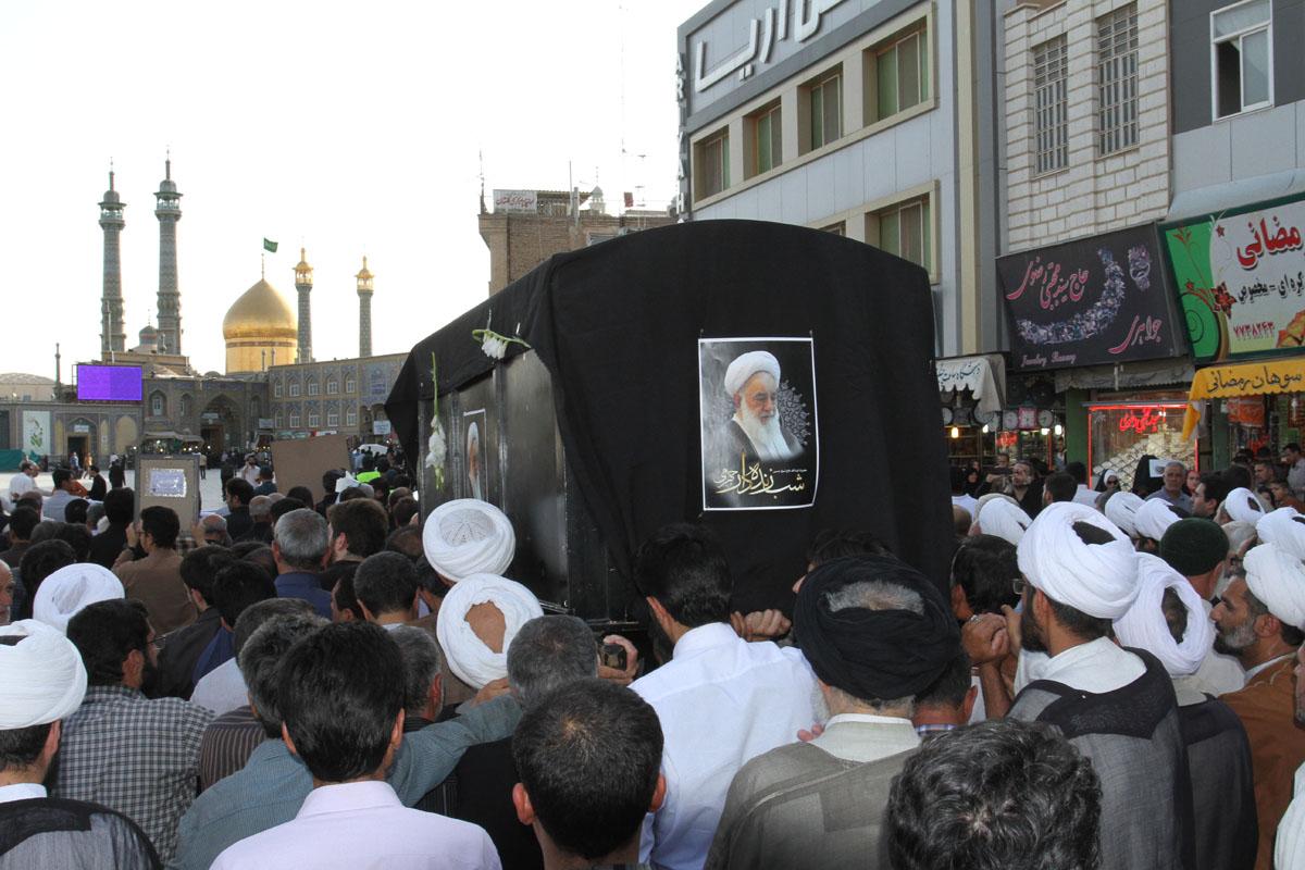 پيكر پاك آيت الله شب زنده دار تشييع و در جوار كريمه اهل بيت(ع) به خاك سپرده شد. (+گزارش تصویری)